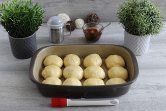 Böhmische Buchteln aus der Ofenhexe mit Teigunterlage, Nylonmesser und Packs an Handschuhen auf dem Kuchengitter und Edelstahl-Streufix online im Pampered Chef Onlineshop bestellen
