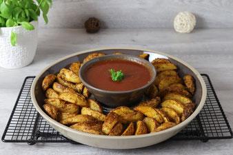 Kartoffelwedges mit BBQ Sauce in der kleinen Servierschüssel und Servierplatte