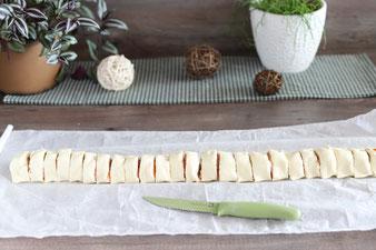 Lachs Blätterteigschnecken mit einem Messer von Pampered Chef in Stücke schneiden