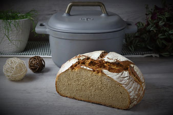 Schwarzwälder Brot im emaillierten gusseisernen Topf von Pampered Chef