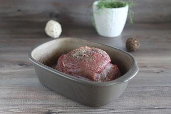 Rinderbraten salzen, pfeffern und in den Ofenmeister legen