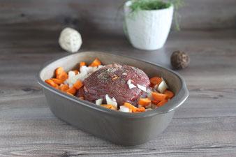 Karotten und Zwiebeln sowie Soße zugeben