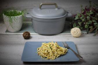 One Pot Pasta Spaghetti in Sahne-Speck-Soße aus dem emaillierten gusseisernen Topf von Pampered Chef
