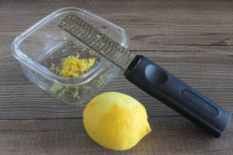 Zitronenabrieb mit der Zester Microplane Reibe von Pampered Chef