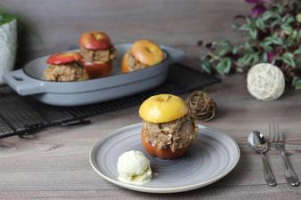 Gefüllte Bratäpfel im emaillierten gusseisernen Baker von Pampered Chef