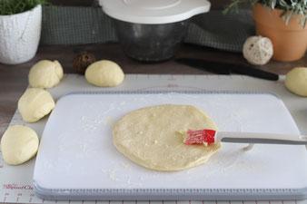 Butter mit dem Silikonpinsel auf die Teiglinge Streichen