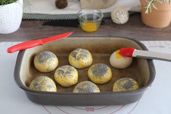 Mit dem Silikonpinsel einstreichen und dem Tomatenmesser einschneiden