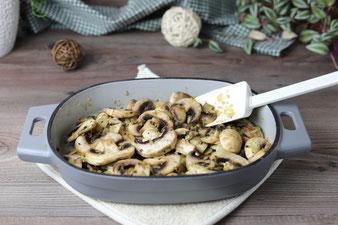 Champignons und Zwiebeln andünsten