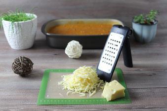 Käse reiben mit der groben Microplane Reibe aus dem Pampered Chef Onlineshop