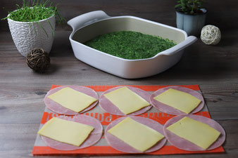 Spinatauflauf mit gefüllten Schinken-Käse-Röllchen