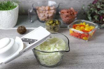 Zwiebel hobeln mit dem kleinen Küchenhobel von Pampered Chef