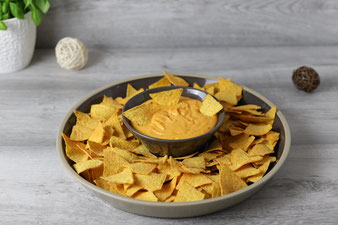 Nachos mit Käsesauce Dip aus der runden Servierplatte und runder Servierschüssel von Pampered Chef aus dem Onlineshop bestellen