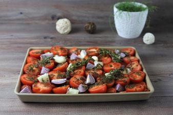 Tomaten, Zwiebeln und Knoblauchzehen auf dem Ofenzauberer