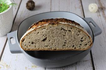 Brot mit Semola in der emaillierten gusseisernen Pfanne, Sauerteigbrot Pampered Chef