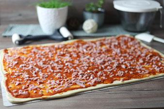 Faltenbrot, Pizzabrot, Pizzafaltenbrot auf dem großen Ofenzauberer mit Teigunterlage und Teigroller im Pampered Chef Onlineshop