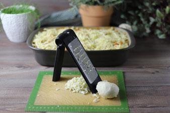 Käse reiben mit der groben Microplane