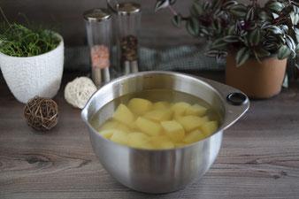 Kartoffeln in kaltem Wasser in der mittleren Edelstahlschüssel von Pampered Chef