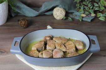 Schweinemedaillons im gusseisernen emaillierten Baker von Pampered Chef anbraten