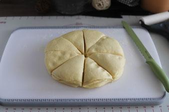 Teig mit dem Brotmesser von Pampered Chef in 8 Stücke schneiden.