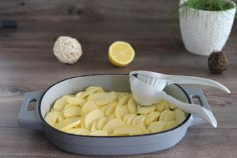 Zitrone mit der Zitruspresse von Pampered Chef auspressen
