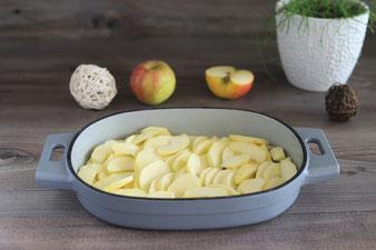 Apfel mit dem Schälmesser in Spalten schneiden und in den Baker legen
