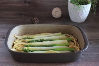 Grüner Spargel und weißer Spargel in der Ofenhexe von Pampered Chef