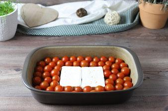 Feta und Tomaten in die Ofenhexe geben