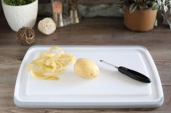 Kartoffeln schälen mit dem Gemüseschäler von Pampered Chef auf dem Schneidebrett mit Saftrillen