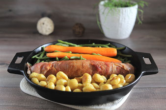 Gnocchi, Schweinefilet und Gemüse in die 30 cm gusseiserne Pfanne von Pampered Chef legen