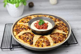 Texmex Pizzaring mit Caesar-Salsa-Dip in der runden Servierplatte oder Snack & Dip Set-Stoneware