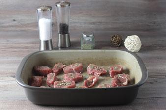 Schweinefilet in der Ofenhexe verteilen