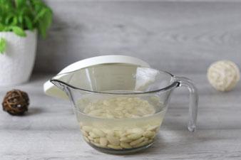 Eingeweichte Mandeln für alternative Milch im Blender von Pampered Chef