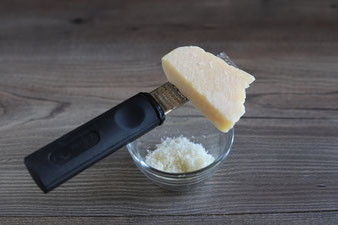 Parmesan mit der feinen Microplane Zester in die kleine Elfe reiben