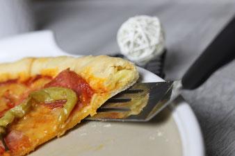 Cheesy Crust Pizza Spezial mit Teigunterlage, Teigroller, Nixe, Käsereibe auf der White Lady oder Zauberstein und Ofenzauberer im Pampered Chef Onlineshop bestellen