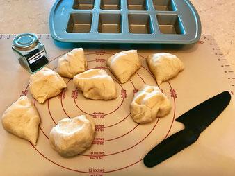 Mini Fladenbrote Fladenbrötchen mit der Teigunterlage gebacken in der Mini-Kuchen Form aus dem Pampered Chef Onlineshop
