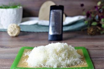 Parmesan mit der feinen Microplane Reibe reiben