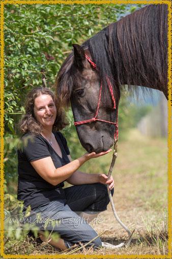 Luzia und Pony Duke in vertrauter Zweisamkeit