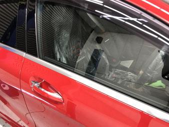 窓枠の金属モールを白いシミから守ります。