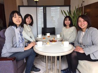 女性のみでカフェで投資のお話をしています。
