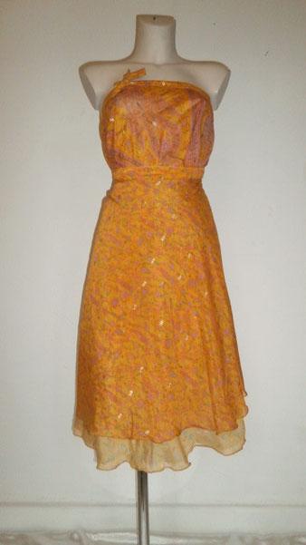 Jupe mi-longue scintillante jaune portée en robe bustier