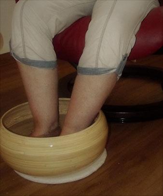 Fußreflexzonen-Massage Fußreflex-Massage Fuß-Massage Fußreflex-Massage mit Fußbad und Aromaöl Fußbad mit Aromaöl Fußbad Fuß-Wohlfühl-Massage Fuß-Entspannungs-Massage