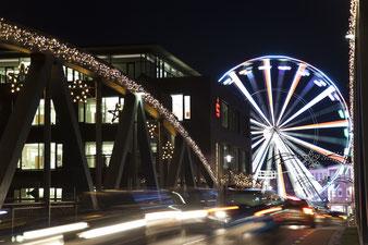 Vom Riesenrad auf die Weihnachtsstadt blicken