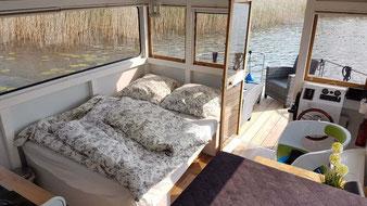 Hausboote mieten 4 Personen Brandenburg. Hausboot Sitz- und Schlafecke.