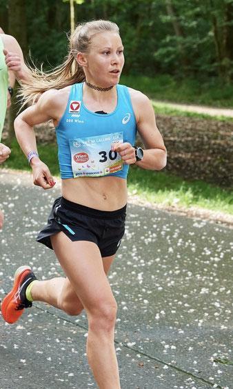 Julia Mayer wien Läuferin vcm Hauptallee Halbmarathon sieg Bestleistung Dsg wien 1:12