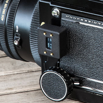 Aufsteck-Belichtungsmesser im Test: Mamiya RB67 Pro S mit aufgestecktem V102, Seitenansicht. Foto: bonnescape