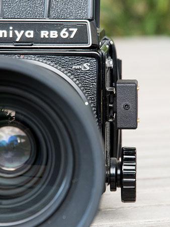 Aufsteck-Belichtungsmesser im Test: Mamiya RB67 Pro S mit aufgestecktem V102, Frontansicht. Foto: bonnescape