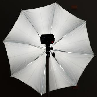 Test Godox AD200Pro, Ausleuchtung eines Reflexschirms mit nackter Blitzröhre, Foto: bonnescape.de