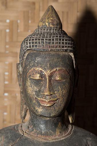 Nahaufnahme Buddhakopf mit SB-800 und Joghurtbecher, Foto: bonnescape