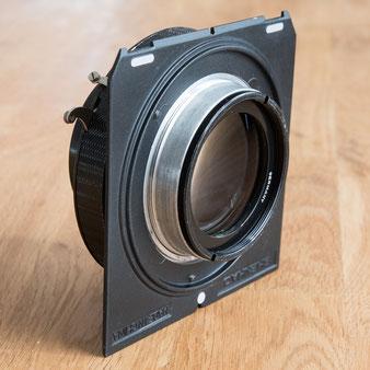 Großformatfotografie: Montage auf der Linhof-Platte, Nachkriegs-Heliar 4.5 / 21 cm im Compound-Verschluss. Foto: bonnescape
