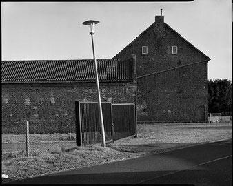 Großformatfotografie: Verlassener Bauernhof, Erftkreis 2021. SINAR F mit Sinaron-S 1:5.6/210mm.  Foto: Dr. Klaus Schoerner